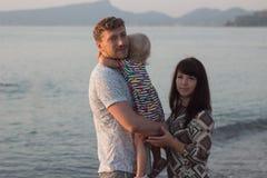 Man Wampanoag och flickan på stranden - familj Arkivfoton