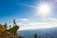 Man with water overlooking mountains below Royalty Free Stock Photos