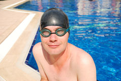 Man wearing goggles swimming in pool Stock Photography