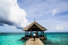 Man on wooden pier, Maldives Royalty Free Stock Photos