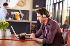 Man working on computer at coffee shop Royalty Free Stock Photos