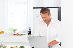 Man working on his laptop Royalty Free Stock Images