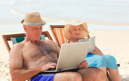 Man working on his laptop at the beach Royalty Free Stock Photography