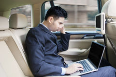 Man working with laptop inside a car Royalty Free Stock Photos