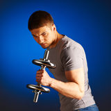 Man working out with dumbbells Royalty Free Stock Photos