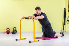 Man working out at gym Royalty Free Stock Photos
