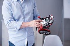 Man& x27 δάχτυλα του s που πιέζουν τα κουμπιά σε ένα ρομπότ Στοκ εικόνες με δικαίωμα ελεύθερης χρήσης