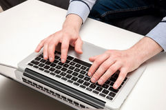 Man& x27; 键入在膝上型计算机的s手 数位被生成的喂图象互联网res冲浪 库存图片