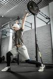Man& x27; allenamento del crossfit di s con il bilanciere Immagini Stock