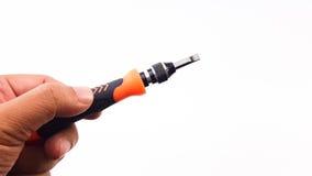 Man& x27; hållande skruvmejsel för s-hand med det orange färghandtaget Royaltyfri Foto