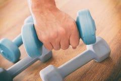 Man& x27; mano de s con pesas de gimnasia Imágenes de archivo libres de regalías