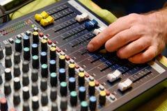 Man& x27; s-Hand DJ Lizenzfreies Stockbild