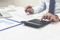 Man& x27; s handen die calculator gebruiken Royalty-vrije Stock Afbeeldingen