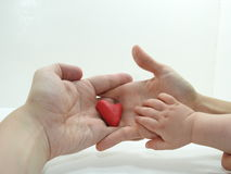 Man& x27; s- och kvinnahänder med röd hjärta Arkivbilder