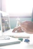 Man& x27; s ręki mienia smartphone i używać laptop dla online rynku Fotografia Royalty Free