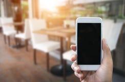 Man& x27; s ręka pokazuje mobilnego smartphone w pionowo pozyci Obraz Stock