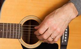 Man& x27; s ręka bawić się gitarę Zdjęcia Royalty Free