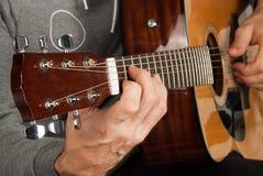 Man& x27; s ręka bawić się gitarę Obrazy Royalty Free