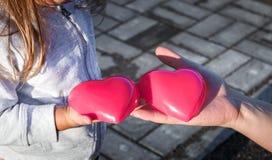Man& x27; s ręka trzyma dziecka Dwa czerwieni klingeryt kierowy Zdjęcie Royalty Free