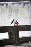 Man yoga in aard Royalty-vrije Stock Afbeelding