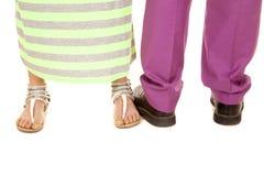 Man zien de purpere groene de kledingsvoeten van de kostuumvrouw beide manieren onder ogen royalty-vrije stock fotografie