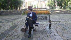 Man zitting in park en wachten voor de vrouw die hij heeft gehouden van stock videobeelden