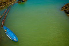 MANABI, ECUADOR - 4 DE JUNIO DE 2012: Pequeño barco del bue en el agua estancada con una máquina en lo mismo, Ecuador del bombeo  Imagen de archivo