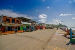 MANABI, ECUADOR - JUNI 4, 2012: Gestenigde die bestratingsweg in de kust, met abundat binnen vegetatie wordt omringd in een zonni Stock Foto's