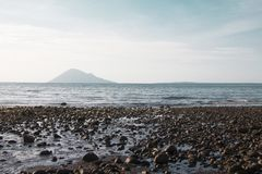 Manado-Strand, der die Insel altes Manado Manado Tua übersieht lizenzfreies stockbild