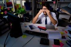 Manaffärsmannen som arbetar sena timmar i kontoret Royaltyfri Fotografi