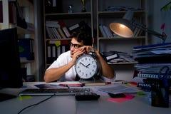 Manaffärsmannen som arbetar sena timmar i kontoret Royaltyfri Bild