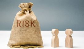 Managementkonzept des finanziellen Risikos Geschäftsmänner besprechen Methoden, um Finanzkrise zu vermeiden Der Prozess der Herst lizenzfreies stockbild