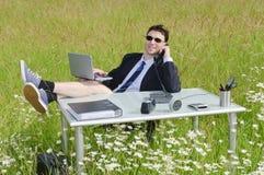 Manager auf dem blühenden entspannenden Rapsgebiet Lizenzfreie Stockbilder