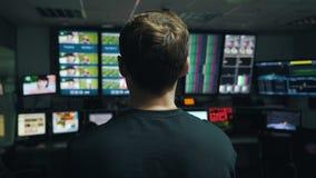 Manager beaufsichtigt den Prozess in Fernsehleitstelle stock video footage