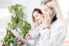 Manager besprechen neue Kandidaten für Job lizenzfreie stockfotos