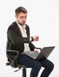 Manager betrachtet seine Uhr Lizenzfreies Stockfoto