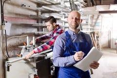 Manager bij pvc-venstersfabriek stock afbeeldingen