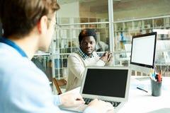 Manager Chatting met Collega royalty-vrije stock afbeeldingen