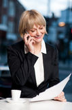 Manager communicating via cell phone in cafe Royalty Free Stock Photos