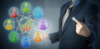 Manager Creating A, das Team Through Diversity gewinnt lizenzfreie stockbilder