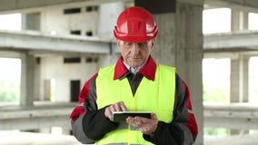 Manager der Arbeiten mit elektronischem Gerät an der Baustelle stock video