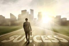 Manager, der auf die Straße zum Erfolg geht Lizenzfreies Stockbild