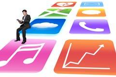 Manager, der die Tablette sitzt auf glänzendem APP-Ikonenweißhintergrund verwendet Stockbilder