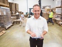 Manager, der digitale Tablette während der Blockierdauer verwendet Stockfotos