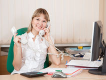 Manager, der durch Telefon zwei spricht Stockbilder