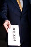 Manager, der einem Jobendpunktbegriff rosafarbenen Beleg gibt Lizenzfreie Stockbilder