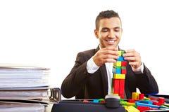 Manager, der einen Kontrollturm aufbaut Stockfotos