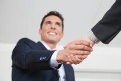 Manager, der Hände rüttelt Lizenzfreie Stockbilder