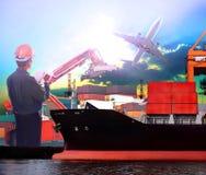Manager, der im logistischen Gebrauch der Schiffshafen- und -Flugzeugfracht wie arbeitet Lizenzfreie Stockbilder