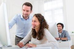 Manager, der junge attraktive Leute ausbildet Stockbilder